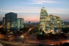 District des affaires de WangJing Soho la nuit dans P?kin, Chine images stock