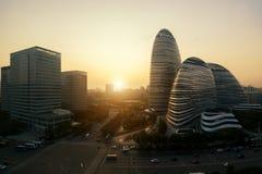 District des affaires de WangJing Soho pendant le coucher du soleil dans Pékin, Chine photographie stock