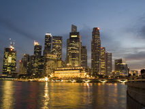 District financier Singapour : horizon la nuit Photos stock