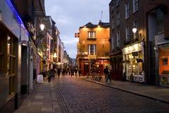 Districto de la barra del templo en Dublín en la noche Foto de archivo libre de regalías