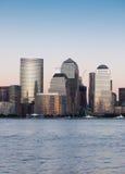 Districto financiero de Manhattan en la puesta del sol de Jersey Foto de archivo
