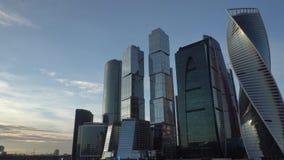 Districto financiero Paisaje urbano Cielo azul del fondo y nubes hermosas almacen de video