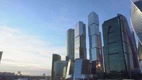 Districto financiero Paisaje urbano, en el fondo, el cielo azul y las nubes hermosas metrajes