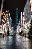 Distrito brillante y colorido de Shinjuku en la noche Tokio, Japón fotos de archivo libres de regalías