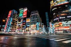 Distrito brillante y colorido de Shinjuku en la noche Tokio, Japón foto de archivo libre de regalías