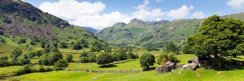 Distrito Cumbria del lago valley de Langdale con las montañas y el panorama del cielo azul Imagen de archivo