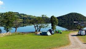 Distrito Cumbria Inglaterra Reino Unido del lago Ullswater de las tiendas del sitio para acampar con las montañas y el cielo azul Imagen de archivo
