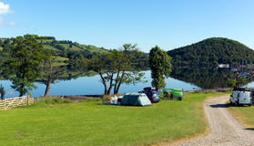 Distrito Cumbria Inglaterra Reino Unido do lago Ullswater das barracas do acampamento com montanhas e o céu azul no dia bonito Imagem de Stock