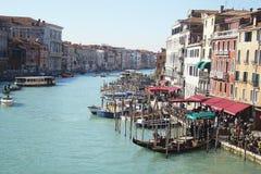 Distrito da água de Veneza Canal do mar com gôndola, barcos de prazer no dia de verão claro Curso a Itália outdoor foto de stock