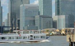 Distrito da opera??o banc?ria Barco de prazer das zonas das docas & da Tamisa Londres Reino Unido fotos de stock royalty free