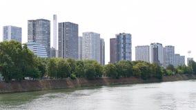 Distrito de Beaugrenelle en París, al lado del Sena almacen de metraje de vídeo