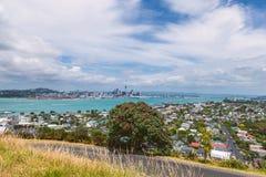 Distrito de Devonport e opinião do centro de Auckland da montagem Victoria foto de stock