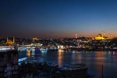 Distrito de Fatih, paisagem da cidade da noite Imagem de Stock