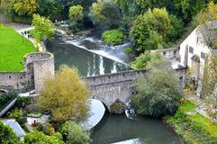 Distrito de Grund de la ciudad de Luxemburgo con el puente a través del río de Alzette cerca de la abadía de Neumuenster Foto de archivo libre de regalías