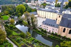 Distrito de Grund de la ciudad de Luxemburgo visto con el río de la abadía y de Alzette de Neumuenster Imagen de archivo libre de regalías