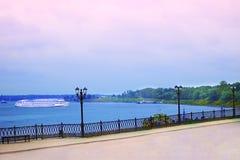 Distrito de Kalyazin, estrada pedestre no banco do Rio Volga, navio branco do motor visto de longe Cruzeiro do rio viajar fotos de stock royalty free
