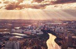 Distrito de Moscú Horoshevo-Mnevniki en rayos de la luz, puente escénico en la puesta del sol Panorama de Moscú de una altura fotos de archivo