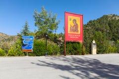 Distrito de Nicosia, CHIPRE - 30 de maio de 2014: Vista nos sinais de estrada e ícone com nossa senhora perto do monastério de Ma Fotografia de Stock Royalty Free