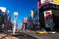 Distrito de Susukino contra el cielo azul, Sapporo Foto de archivo libre de regalías
