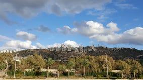 Distrito de una ciudad en la colina, cielo azul, día soleado hermoso de Haifa Fotografía de archivo