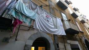 Distrito de una ciudad italiano lamentable con las porciones de sequedad limpia del lavadero en balcones almacen de video