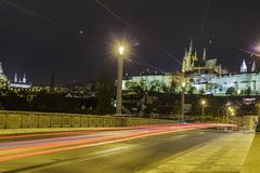 Distrito do castelo e da Mala Strana de Praga através do rio de Vltava na noite Imagens de Stock