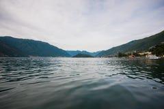 Distrito do lago Como Paisagem com porto e a vila tradicional italiana Italy, Europa Imagens de Stock