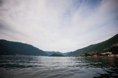 Distrito do lago Como Paisagem com porto e a vila tradicional italiana Italy, Europa Imagem de Stock
