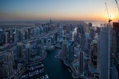 Distrito do porto de Dubai na noite imagens de stock royalty free