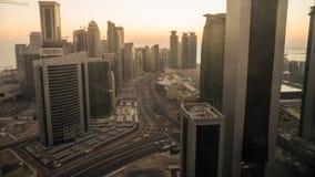 Distrito financiero céntrico y central del lapso de tiempo de la salida del sol encima, Doha metrajes
