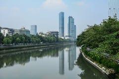 Distrito financiero con el río en Chengdu, China imágenes de archivo libres de regalías