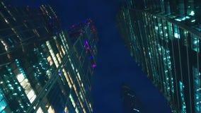 Distrito financiero de la ciudad Rascacielos Visión inferior con la rotación tarde metrajes