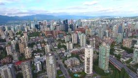 Distrito financiero de la ciudad urbana de Vancouver céntrico en panorama aéreo del paisaje urbano 4k con los rascacielos y las t almacen de metraje de vídeo