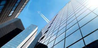 Distrito financiero de la ciudad y del aeroplano en el cielo fotos de archivo