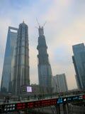 Distrito financiero de Shangai -- los edificios más altos del distrito financiero de Lujiazui de Shangai con la cinta de cotizacio foto de archivo libre de regalías