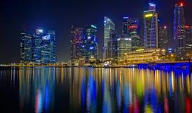 Distrito financiero de Singapur en la noche Fotos de archivo libres de regalías