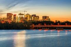 Distrito financiero en el crepúsculo con un río en primero plano foto de archivo libre de regalías