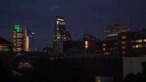 Distrito financiero hermoso de Londres en la opinión del abejón de la noche almacen de metraje de vídeo