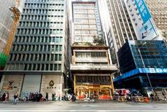 Distrito financiero por completo de la gente de precipitación debajo de edificios modernos de la arquitectura Foto de archivo libre de regalías
