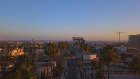 Distrito hermoso de Los Angeles con las palmas largas por el lado del camino almacen de metraje de vídeo