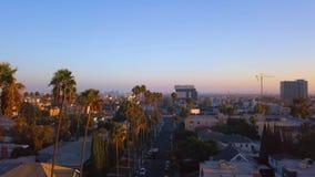 Distrito hermoso de Los Angeles con las palmas largas por el lado del camino metrajes