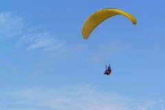 Distrito Krasnodar Krai Rússia de Anapa - 15 de agosto 2015: Parapente - avião equipado não-posto com asa macia, que é inflada Imagens de Stock Royalty Free