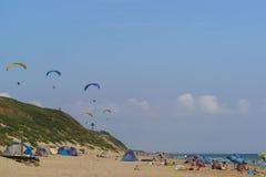 Distrito Krasnodar Krai Rusia de Anapa - 15 de agosto 2015: Alas flexibles que se elevan sobre la playa arenosa salvaje con las t Imagen de archivo libre de regalías