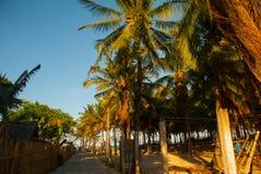 Distrito local con las casas y la vida de la gente El camino que lleva al mar, últimas palmeras Boracay, Filipinas Imágenes de archivo libres de regalías