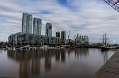 Distrito moderno de Puerto Madero do porto da exposição a longo prazo em Bueno Fotos de Stock Royalty Free