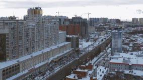 Distrito residencial acogedor en ciudad moderna en el día de invierno, visión superior metrajes
