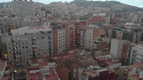 Distrito residencial de Sants-Montjuic de la visión aérea del helicóptero Barcelona almacen de metraje de vídeo