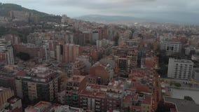 Distrito residencial de Sants-Montjuic de la visión aérea del helicóptero Barcelona metrajes