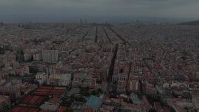 Distrito residencial de Sants-Montjuic de la visión aérea del helicóptero Barcelona almacen de video