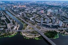 Distrito residencial en una metrópoli grande con los empalmes y las casas de camino Fotografía de archivo libre de regalías